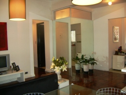 DESPUES: Se eligio dar luz natural al baño a traves de dos rajas que despegan la pared forrada en espejo que aumenta y proyecta el hall de acceso
